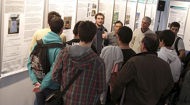 Investigadores e interesados comentan los trabajos expuestos en TecnoINTI.