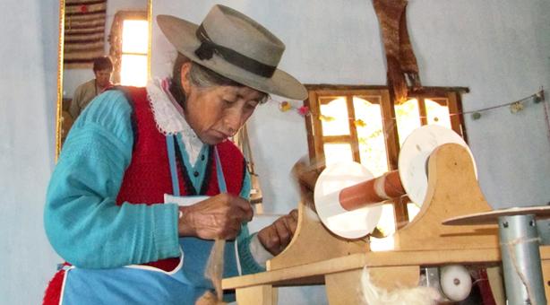 Las ruecas se adaptan a las habilidades de cada artesana.
