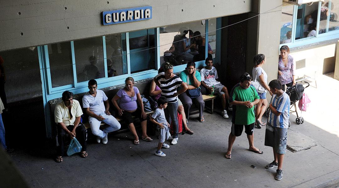 Rosario 19-03-12 Ciudad. gente que espera en la guardia del hospital Centenario (francia y urquiza). Foto Celina Mutti Lovera