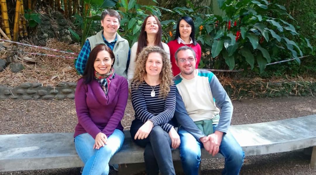 El trabajo del equipo de investigación, cuyo epicentro está en la Cátedra de Biología Celular y de los Microorganismos, no se queda dentro de los muros académicos: se transfiere directamente a los pequeños productores.