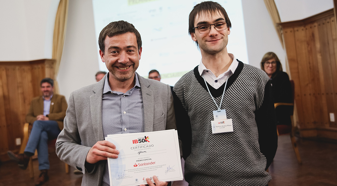 Los ingenieros Alejandro Uriz y Ramiro Álvarez Ribas, creadores del GlucoAr, obtuvieron el primer premio del concurso nacional IB50K, un certamen organizado por el Instituto Balseiro.