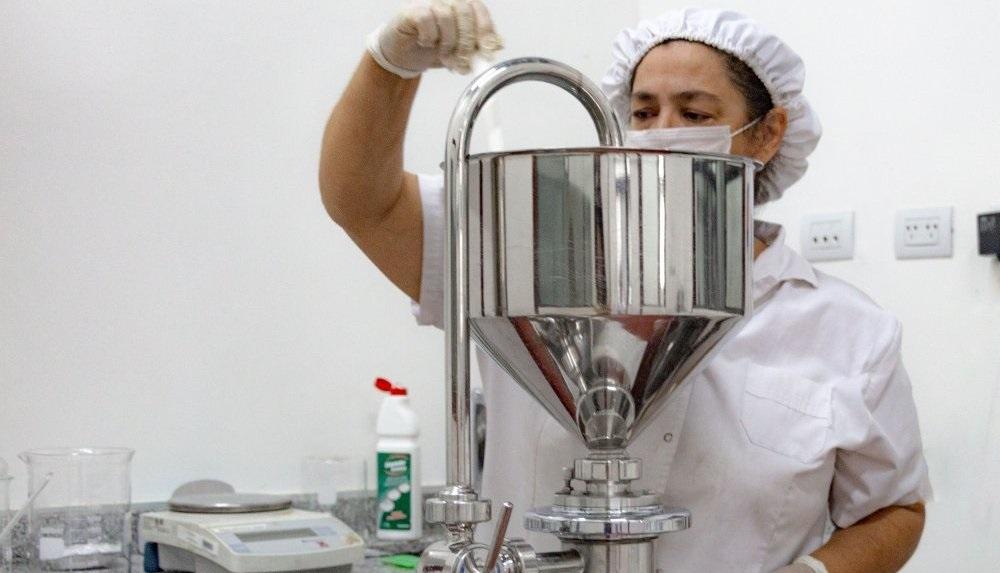 El laboratorio de la UNL tiene capacidad para producir 240 litros de alcohol en gel por día. También están encarando la elaboración de pastillas de jabón para los trabajadores de la salud (Foto Prensa Institucional UNSL).