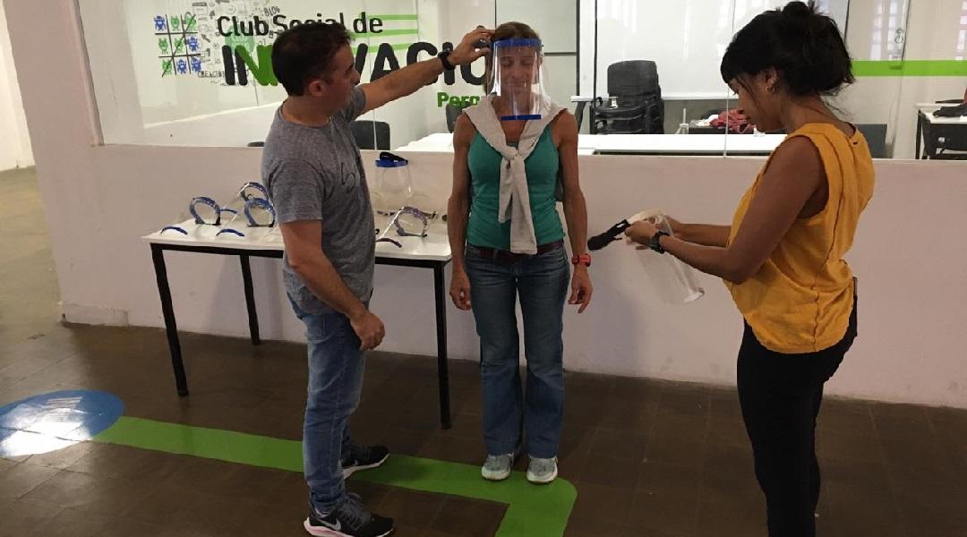 En la UNNOBA, la diseñadora industrial Alfonsina Robles trabajó en el diseño de máscaras faciales que son fabricadas mediante impresoras 3D y el trabajo de voluntarios (Foto Prensa UNNOBA).