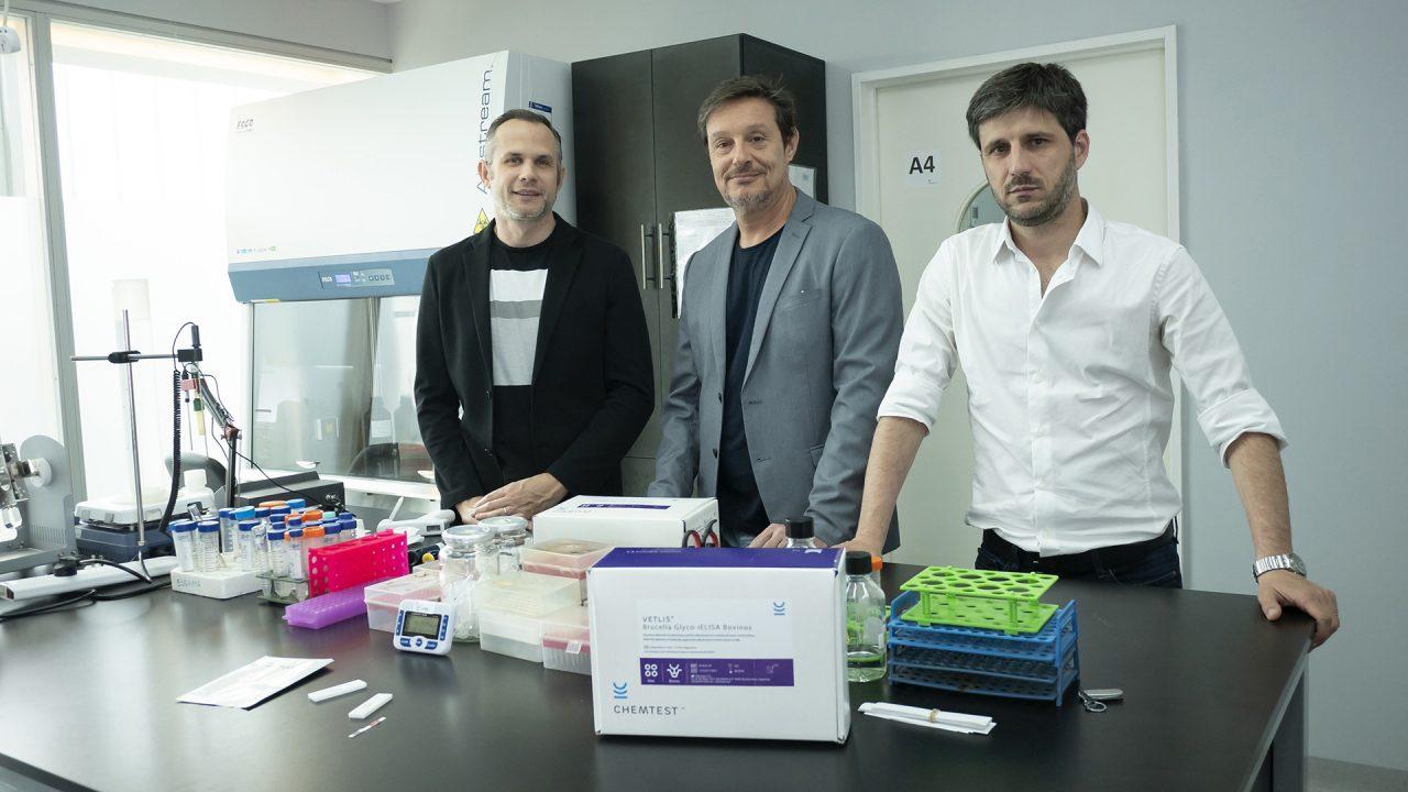 Ugalde, Comerci y Ciocchini (de izq. a der.) cofundaron CHEMTEST, una empresa de base tecnológico incubada en la en la Fundación Argentina de Nanotecnología (FAN) dentro del campus de la UNSAM que será la encargada de producir y comercializar el desarrollo.