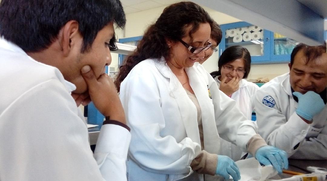 """""""En Ecuador todavía no se percibe como un problema la falta de mujeres en ciencia"""", dice Claudia Segovia, cofundadora de la Red Ecuatoriana de Mujeres Científicas (REMCI)."""
